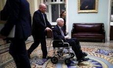 ASV senatoru Makeinu nogādā militārajā slimnīcā