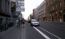 Foto: Autovadītājus mulsina jaunās autonovietnes Lāčplēša ielā