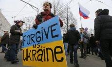 Foto: Maskavā gājienos gan atbalsta, gan protestē pret notikumiem Krimā