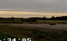 Video: Jēkabpilī trakuļi ar 'Volvo' lielā ātrumā ietriecas uzbērumā