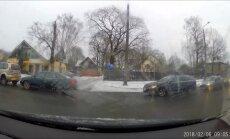 Video: Steidzīgs šoferis rīta stundā jeb 'BMW lido atkal'