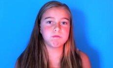 Video: Meitene skaidri dzied ar aizvērtu muti