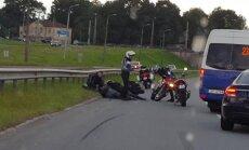 ВИДЕО: У Островного моста в аварию попал мотоциклист