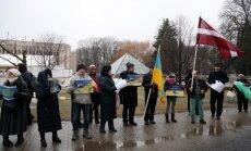 Foto: Pie Krievijas vēstniecības protestē pret agresiju Ukrainā