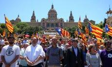 Desmitiem tūkstošu cilvēku Barselonā atbalsta Katalonijas neatkarības referenduma rīkošanu