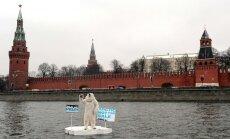 'Greenpeace' leduslācis protesta akcijā pie Maskavas Kremļa aicina 'nepārdot Arktiku'