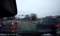 Aculiecinieka video: 'Citroen' vadītājas manevrs, kas varēja beigties bēdīgi
