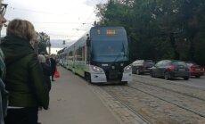 Video: Rīgā likstas piemeklējušas 1. tramvaju