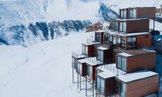 Video: Gruzijas kalnos atklāta moderna slēpošanas viesnīca no kravas konteineriem