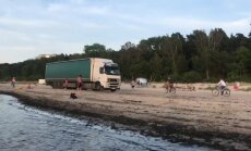 ФОТО, ВИДЕО: В Юрмале по пляжу едет фура (+ комментарий думы)