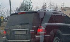 Foto: 'Mercedes' ar viscaur tonētiem logiem un Krievijas atribūtiku