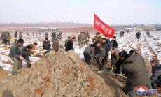 Foto: Kā ziemeļkorejiešu ierēdņi nebaidās smaga darba