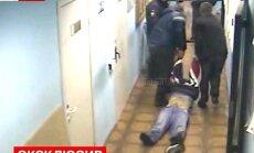 Video: Krievijā miris komā esošs aizturētais, kuru policisti centušies reģistrēt kā bagāžu