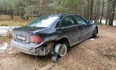 Foto: Baložos mehāniķis dzērumā 'nokauj' un mežā pamet klienta BMW