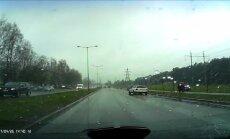 Video: 'Mercedes-Benz' Kurzemes prospektā ietriecas stāvošā automobilī