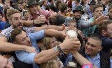 Foto: Dzīrošana un pār kausu malām plūstošs miestiņš – Vācijā sākas 'Oktoberfest'