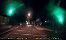 Videoreģistratorā iemūžināta zagļa sajūsma par 'BMW i3' elektromobili