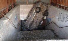 Foto: Krievijā 'Chevrolet' iebrauc gājēju pazemes ejā