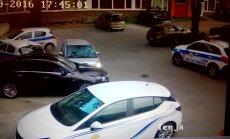 Video: Sieviete dažu sekunžu laikā apskādē sešas automašīnas