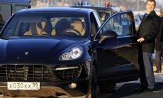 Pēc rubļa 'krišanas' Maskavā iztukšoti luksusa auto saloni