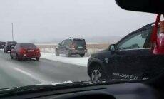 """ФОТО, ВИДЕО: Гололедица на трассе Елгава-Рига привела к авариям; машины """"улетали"""" в поле и переворачивались"""