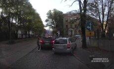 """ВИДЕО: В центре Риги водитель едет под """"кирпич"""" по тротуару"""