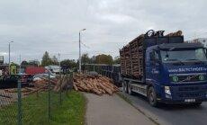 Foto: Purvciemā krustojumā izbirusi baļķu krava