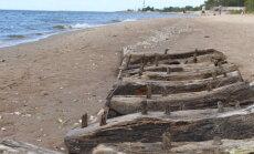 ФОТО: Обломки древнего корабля продолжают гнить на побережье Даугавгривы