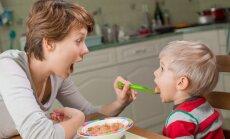 Karotīti par mammu, karotīti par tēti: 10 aizliegtās frāzes par ēdienu