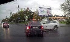 Video: Sadursmē Sanktpēterburgā 'Audi' burtiski izsit no 'Volvo' motoru