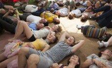 Rīgā gatavojas Latvijas smiešanās rekordam, aicina uz ģenerālmēģinājumu smieklu jogas nodarbībā