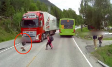 Video: Latvijas kravas auto Norvēģijā strauji nobremzē pirms uz ceļa izskrējuša bērna