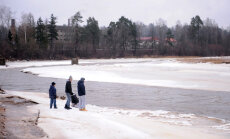 Atrasties uz ledus ir ļoti bīstami, brīdina VUGD
