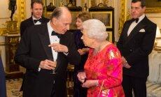 Foto: Karaliene Elizabete apbur ar sev neraksturīgu tērpu