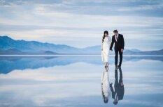Fantastiskas kāzu bildes: jaunlaulātie staigā pa ūdens virsmu