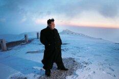 Ким Чен Ын покорил самую высокую гору КНДР в пальто и кожаных туфлях