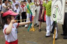 Праздник детства в Северной Корее: стрельба по Обаме, обед из железных мисок…