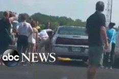 ВИДЕО: Женщина три минуты разбивала окно раскаленной машины с 2-летней девочкой внутри
