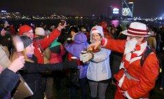 Foto: Jauno gadu Daugavas krastmalā sagaida 45 000 svinētāju