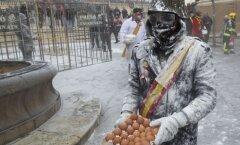Foto: Dīvaina tradīcija Spānijā – olu kaujas militāristu tērpos