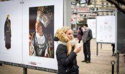 Atklāta Latvijas simtgadei veltīta izstāde pilsētvidē 'Latviešu spēka zīmes'