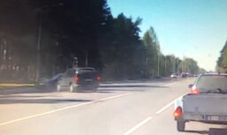 Video: Rumbulā autovadītājs ar 'Volvo' veic ļoti muļķīgu manevru