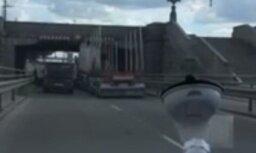 Video: Zem Akmens tilta kārtējo reizi iesprūst kravas auto