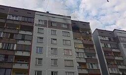 ВИДЕО: В Плявниеках загорелась девятиэтажка, пострадали два человека