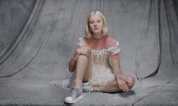 Modele saņēmusi izvarošanas draudus spalvainu kāju dēļ