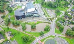 Lietus ūdens ieskauj 'Goru': plūdi Rēzeknē no drona lidojuma