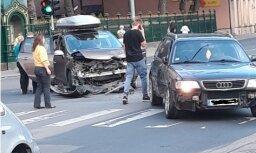 Foto: Avārija pie LZA galvaspilsētas centrā radījusi pamatīgu sastrēgumu