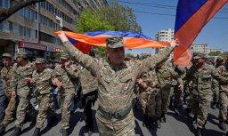 Protesti Armēnijā: pēc karavīru pievienošanās demonstrantiem Sargsjans atkāpjas