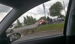 ФОТО: Очередная авария у Тирайне; на опасном перекрестке поставят светофор