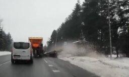 Video: Efektīvā autobusu pieturas tīrīšana sniega tīrītāja izpildījumā